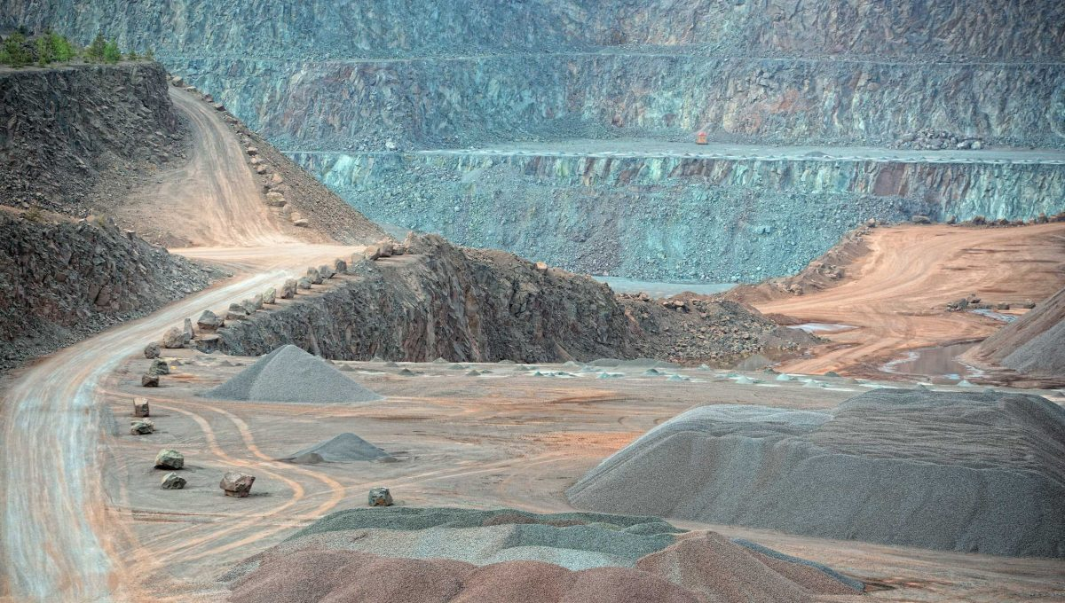 view-into-an-open-pit-mine-quarry-mining-industry-ECQ795J